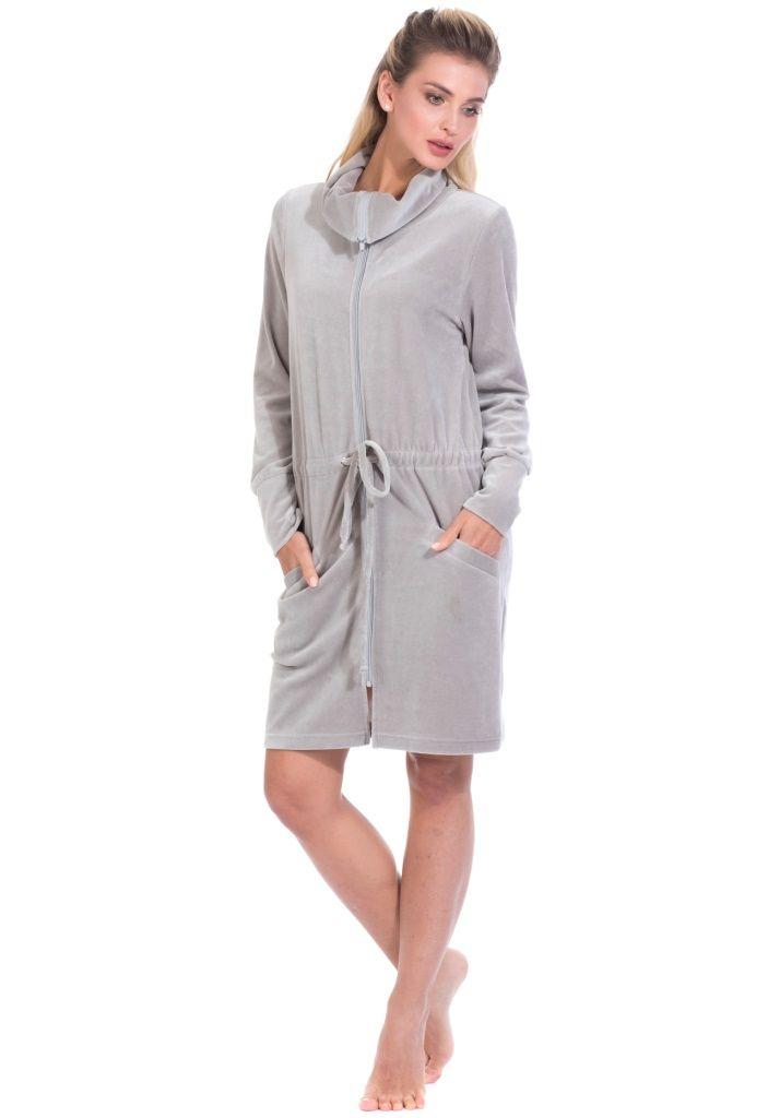 Халат женский Peche Monnaie, цвет: серый. 394. Размер L (48)394Женский халат с воротником-хомутом выполнен из велюровой ткани. Модель на застежке молнии в поясе имеет утягивающий шнурок. Модель дополнена двумя карманами спереди.
