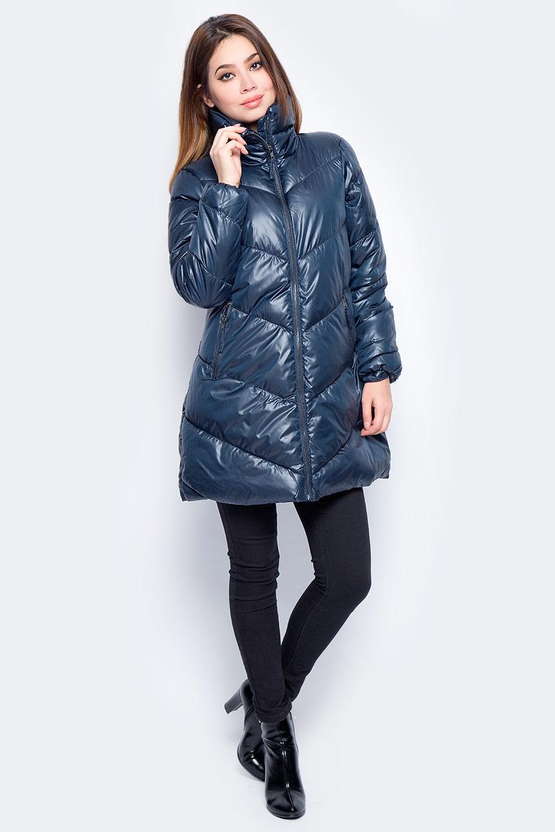 Куртка женская Baon, цвет: синий. B037564_Dark Navy. Размер L (48)B037564_Dark NavyЖенская стеганая куртка Baon изготовлена из водоотталкивающей и ветрозащитной ткани. В качестве утеплителя используются полиэстер. Удлиненная модель с воротником-стойкой застегивается на застежку-молнию. Спереди расположены два прорезных кармана на молниях.