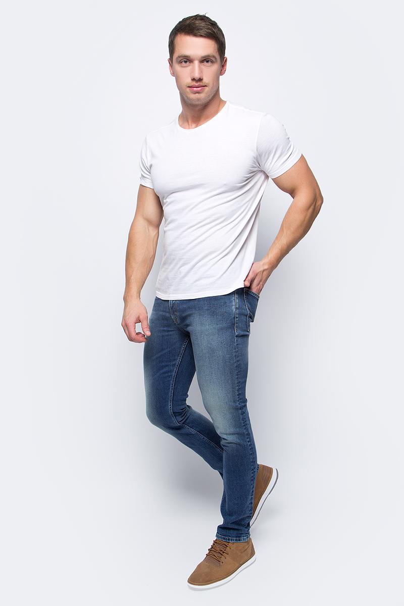 Джинсы мужские Calvin Klein Jeans, цвет: синий. J30J306150_9163. Размер 33 (50/52)J30J306150_9163Стильные мужские джинсы Calvin Klein Jeans займут достойное место в вашем гардеробе. Модель слим, стандартной посадки на талии. Джинсы застегиваются на пуговицу и имеют ширинку на застежке-молнии. На поясе предусмотрены шлевки для ремня. Спереди джинсы дополнены двумя втачными карманами и одним маленьким накладным кармашком, сзади - двумя накладными карманами. Оформлено изделие эффектом потертости и контрастной прострочкой. Высокое качество кроя и пошива, актуальный дизайн и расцветка придают изделию неповторимый стиль и индивидуальность.