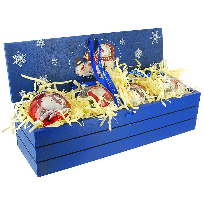 Набор новогодних украшений Mister Christmas, диаметр 7 см, 4 штLH-B7-SET/4Набор Mister Christmas, состоящий из четырех елочных украшений, поможет вам создать теплую и уютную атмосферу праздника. Украшения изготовлены из стекла и выполнены в виде шаров, оформленных рисунками с изображениями Деда Мороза и снеговика. Украшения оснащены текстильными ленточками, благодаря которым их можно повесить в любом месте.Набор упакован в красочную подарочную шкатулку из дерева. Благодаря специальным выемкам предметы набора надежно крепятся внутри шкатулки.Материал: стекло, текстиль.Диаметр украшения: 7 см.Комплектация: 4 шт.