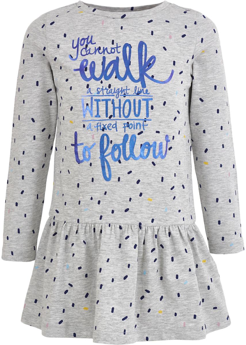 Платье для девочки Button Blue, цвет: серый. 217BBGC50011913. Размер 104, 4 года217BBGC50011913Трикотажное платье - гарантия комфорта и уюта. Спокойная мягкая форма с отрезной трапециевидной юбкой, оптимальная длина модели, интересное трикотажное полотно в мелкий рисунок делают это платье для девочки отличным решением для свободного времени. Именно так и должны выглядеть недорогие повседневные платья: неброское, но с изюминкой в виде крупного шрифтового принта, платье будет очень востребовано для детского сада, прогулок и домашнего времяпрепровождения. Дети быстро растут и часто меняют свои предпочтения, поэтому всем практичным родителям надо приобретать детские платья недорого, чтобы обеспечить ребенку должное разнообразие. Купить трикотажное платье из футера от Button Blue, значит, сделать каждый день ребенка комфортным.