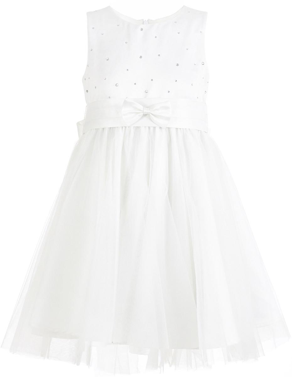 Платье для девочки Button Blue, цвет: белый. 217BBGP25010200. Размер 104, 4 года217BBGP25010200Наверное, большинство родителей согласятся с тем, что недорогие нарядные платья более предпочтительны для покупки в предновогодний период, когда много праздничных хлопот и без того серьезно сказываются на бюджете семьи. Это белое платье со стразами - оптимальный вариант! В нем девочка будет выглядеть нарядно и привлекательно. Дополнив образ новогодними аксессуарами, в этом платье можно смело водить хоровод, ходить в гости, в театр, создавая праздничное настроение. Если вы хотите купить платье для предстоящих торжеств, эта модель от Button Blue - отличный выбор.