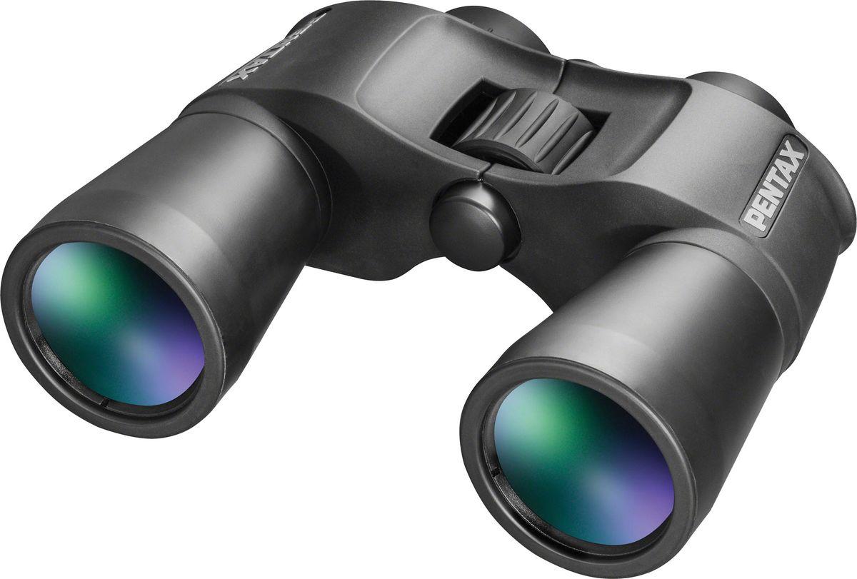 Pentax SP 12x50, Black бинокльS0065904Бинокль SP 12х50 обладает неплохой светосилой при большой кратности приближения, позволяющей использовать бинокль для наблюдений не только при использовании опоры, но и с рук. Кроме того, SP 12х50 отличает надежный прорезиненный черный корпус, удобный конструктив и превосходные оптические характеристики и весьма демократичная цена.Проверенная временем оптическая конструкция обеспечивает получение резкого, четкого, контрастного изображения с минимальными оптическими искажениями. Фирменное многослойное просветление основных оптических элементов уменьшает световые рефлексы и блики. Простая фокусировочная система обеспечивает точную и быструю настройку, а окулярные кольца из мягкой, но плотной резины обеспечивают комфорт во время наблюдений.Система центральной фокусировки с широким кольцом позволяет наблюдателю производить настройку фокусировки быстро и точно. А с помощью механизма диоптрийной коррекции просто и удобно корректировать изображение в зависимости от уровня зрения наблюдателя.Многослойное просветление всех оптических элементов.Многослойное просветляющее покрытие оптики улучшает светопропускание, устраняет паразитные переотражения, повышая яркость, четкость и контраст изображения. Pentax добавляет сложное многослойное покрытие на каждую поверхность линз и призм у всех биноклей линейки Sport Optics для того, чтобы вы получали яркое, четкое и чистое изображение.Призма из стекла BaK4.Призмы из высококачественного оптического стекла BaK4 с высоким коэффициентом преломления используется во всех биноклях Pentax, что дает возможность получить идеально ровное и чистое изображение без затемнения (виньетирования) по краям.Резиновое покрытие корпуса.Резиновое покрытие корпуса эффективно защищает внутренний механизм и оптические элементы от ударов и повреждений.Прочие характеристики: Хорошая светосила, благодаря большому диаметру объектива; Наличие гнезда для адаптера дает возможность устанавливать бинокль SP 12x50 на штатив.