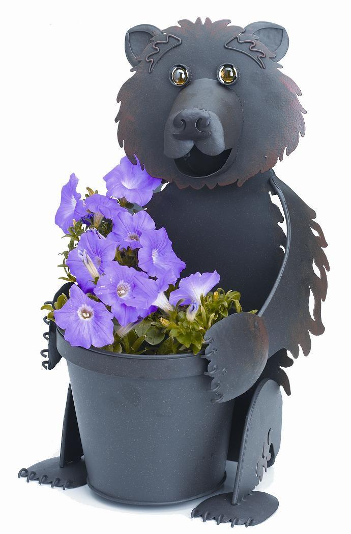 """Кашпо Georgetown """"Медведица"""" украсит интерьер дома или дачного участка и поможет ухаживать за любимым растением. Изделие с порошковой окраской не  ржавеет, обладает высокой влагостойкостью и позволяет использовать кашпо на улице круглый год. Дизайнерское кашпо """"Медведица"""" станет отличным  подарком родителям и друзьям, кто неравнодушен к растениям и природе.Высота кашпо: 46 см.Диаметр горшка: 17 см."""
