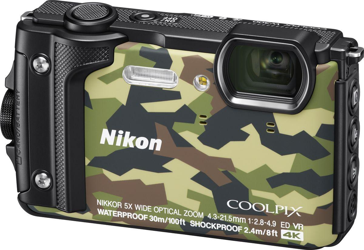 Nikon Coolpix W300, Camouflage цифровая фотокамераVQA073E1Nikon Coolpix W300 - защищенная цифровая фотокамера, пригодная для работы в любых погодных условиях, а также при глубоководных погружениях. Ее достоинства — превосходное качество изображения, возможность простого подключения и функция GPS-слежения. Она подходит для съемки интересных сюжетов вне помещений, сцен городской жизни и многого другого.Водонепроницаемость на глубине до 30 м, ударопрочность, морозостойкость и пыленепроницаемость. Эта фотокамера отправится с вами куда угодно. С ее помощью вы сделаете великолепные изображения, которые расскажут о вашем путешествии.Сочетание светосильного широкоугольного зум-объектива NIKKOR и КМОП-матрицы с разрешением 16 мегапикселей позволяет получать превосходные изображения незабываемых моментов даже при слабом освещении.С легкостью записывайте потрясающие видеоролики в формате 4K/UHD 30p или Full HD (1080p) как на суше, так и под водой. Функция блокировки АЭ позволяет снимать плавные видеоролики в условиях переменной освещенности, что особенно полезно при съемке под водой. При просмотре отснятого эпизода можно сохранять отдельные кадры в виде снимков, а также оптимизировать видеоролик для публикации в социальных сетях, записав его в формате MP4. Функция понижения шума ветра дает возможность уменьшить громкость звука, создаваемого ветром и записываемого встроенным стереомикрофоном фотокамеры.Запишите прохождение по новому туристическому маршруту в ускоренном режиме с помощью функции «Интервальный видеоролик». Эта интеллектуальная функция позволяет показать центральный объект на фоне быстро меняющегося окружения. Фотокамера может создать цейтраферный видеоролик с панорамой ночного неба над лагерем. Также она может заснять закат солнца над морем, пока вы отдыхаете на пляже после погружения.Добавляйте к снимкам геотеги и ведите журнал путешествия. Благодаря поддержке систем GPS, GLONASS и QZSS можно мгновенно просмотреть данные о текущем положении или глубине на монитор