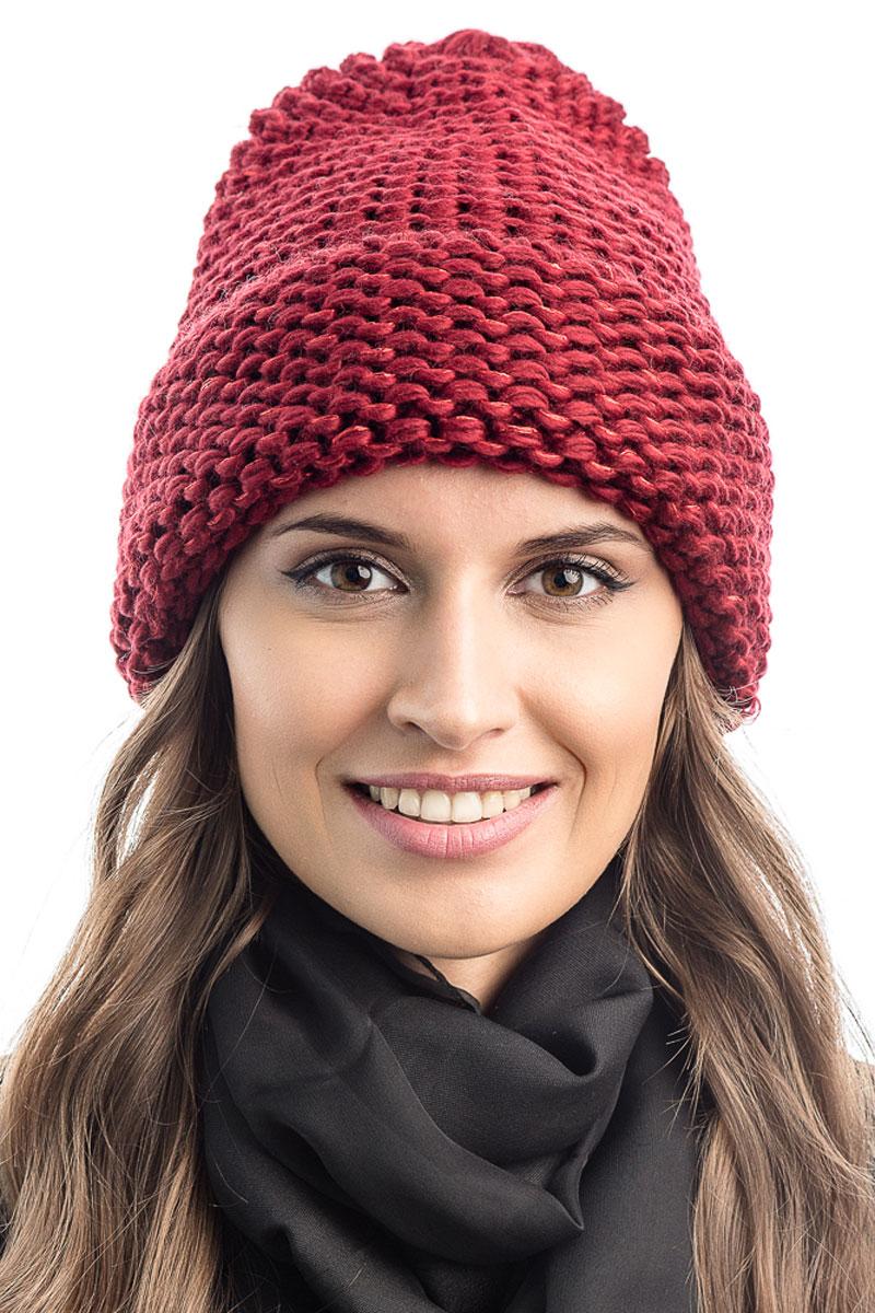 Шапка вязаная женская Stilla, цвет: бордовый. SH-1769/03. Размер 52/58SH-1769/03Элегантная вязаная женская шапка Stilla, изготовленная из пряжи с содержанием шерсти и акрила исключительно мягкая, комфортная и теплая. Актуальная крупная вязка, делает эту модель эффектной и не забываемой. Практичная форма шапки делает ее очень комфортной. Шапка без подкладки, а благодаря плотной толстой вязке и широкому отвороту прекрасно защитит от холода.Шапка Stilla прекрасно дополнит ваш образ с шубой или пальто.