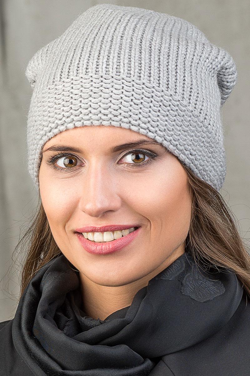 Шапка вязаная женская Stilla, цвет: серый. SH-1766/07. Размер 52/58SH-1766/07Элегантная вязаная женская шапка Stilla, изготовленная из пряжи с содержанием шерсти и акрила исключительно мягкая, комфортная и теплая. Плотная вязка среднего размера, делает эту модель эффектной и не забываемой. Практичная форма шапки делает ее очень комфортной. Флисовая подкладка отлично защитит в сильный холод. Шапка Stilla прекрасно дополнит ваш образ с шубой или пальто.