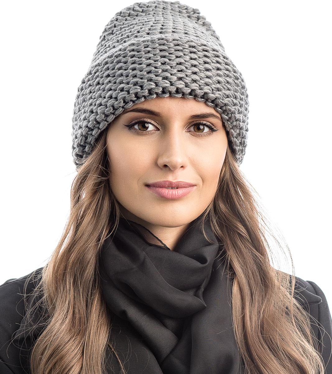 Шапка вязаная женская Stilla, цвет: серый. SH-1769/06. Размер 52/58SH-1769/06Элегантная вязаная женская шапка Stilla, изготовленная из пряжи с содержанием шерсти и акрила исключительно мягкая, комфортная и теплая. Актуальная крупная вязка, делает эту модель эффектной и не забываемой. Практичная форма шапки делает ее очень комфортной. Шапка без подкладки, а благодаря плотной толстой вязке и широкому отвороту прекрасно защитит от холода.Шапка Stilla прекрасно дополнит ваш образ с шубой или пальто.