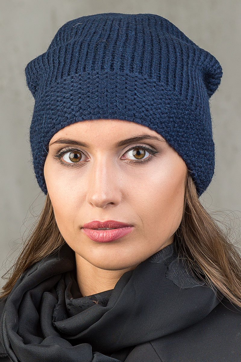 Шапка вязаная женская Stilla, цвет: синий. SH-1766/05. Размер 52/58SH-1766/05Элегантная вязаная женская шапка Stilla, изготовленная из пряжи с содержанием шерсти и акрила исключительно мягкая, комфортная и теплая. Плотная вязка среднего размера, делает эту модель эффектной и не забываемой. Практичная форма шапки делает ее очень комфортной. Флисовая подкладка отлично защитит в сильный холод. Шапка Stilla прекрасно дополнит ваш образ с шубой или пальто.