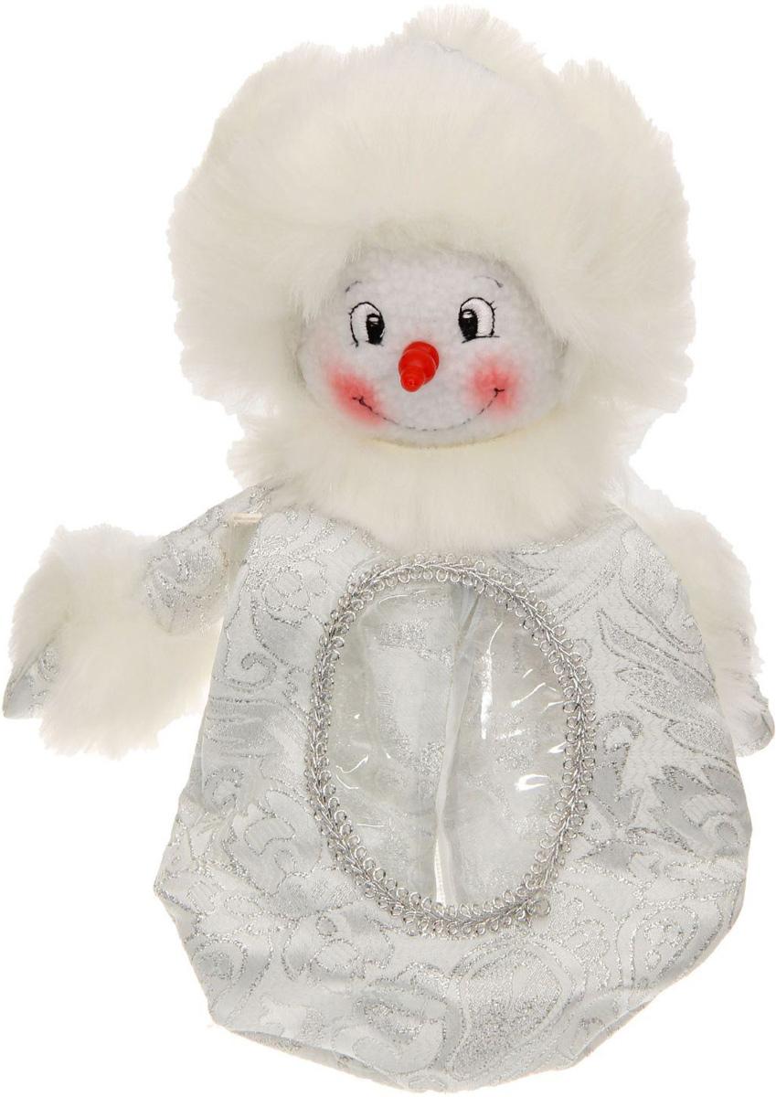 """Нарядная подарочная упаковка Sima-land """"Снеговик"""" изготовлена из текстиля и искусственного  меха. Упаковка выполнена в виде Снеговика и застегивается сзади на спинке на застежку- молнию. Спереди имеется прозрачная вставка обшитая серебряной каймой. Подарочную упаковку  можно подвесить в любое место, с помощью пришитого к колпаку шнурка.  Яркий символичный персонаж создаст новогоднее настроение. Креативная упаковка сделает  ваш презент особенным и самым запоминающимся.  Вместительность: 300 г."""