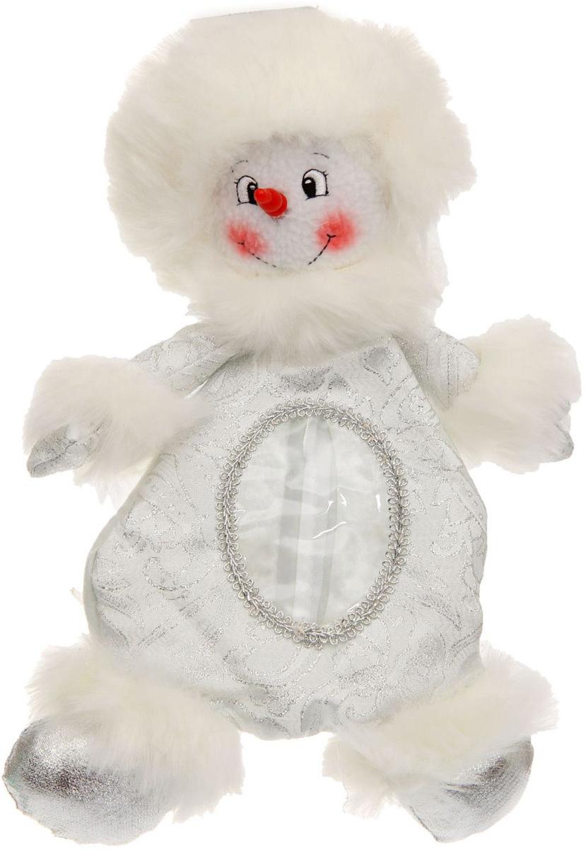 Конфетница Sima-land Снеговик, вместимость 500 г1050172Нарядная конфетница Sima-land изготовлена из текстиля и искусственного меха. Упаковка выполнена в виде символичного персонажа и застегивается сзади на молнию. Спереди имеется прозрачное окошко. Подарочную упаковку можно подвесить в любое место с помощью петли-шнурка. Яркий символичный персонаж создаст новогоднее настроение. Креативная упаковка сделает ваш презент особенным и самым запоминающимся.Вместительность: 500 г.