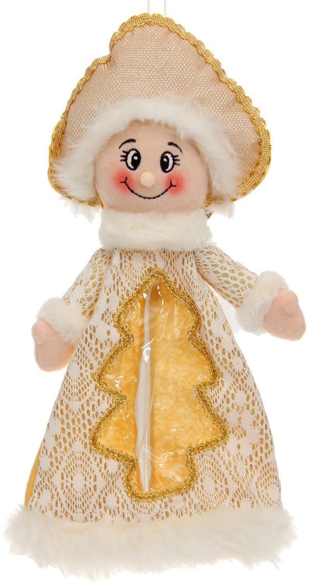 Подарочная упаковка Sima-land Снегурочка, елка на платье, цвет: белый, золотой, вместимость 800 г1050174Нарядная подарочная упаковка Sima-land Снегурочка изготовлена из текстиля и искусственного меха. Упаковка выполнена в виде Снегурочки и застегивается сзади на спинке на застежку-молнию. Спереди имеется прозрачная вставка обшитая серебряной каймой. Подарочную упаковку можно подвесить в любое место, с помощью пришитого к колпаку шнурка. Яркий символичный персонаж создаст новогоднее настроение. Креативная упаковка сделает ваш презент особенным и самым запоминающимся.Вместительность: 800 г.