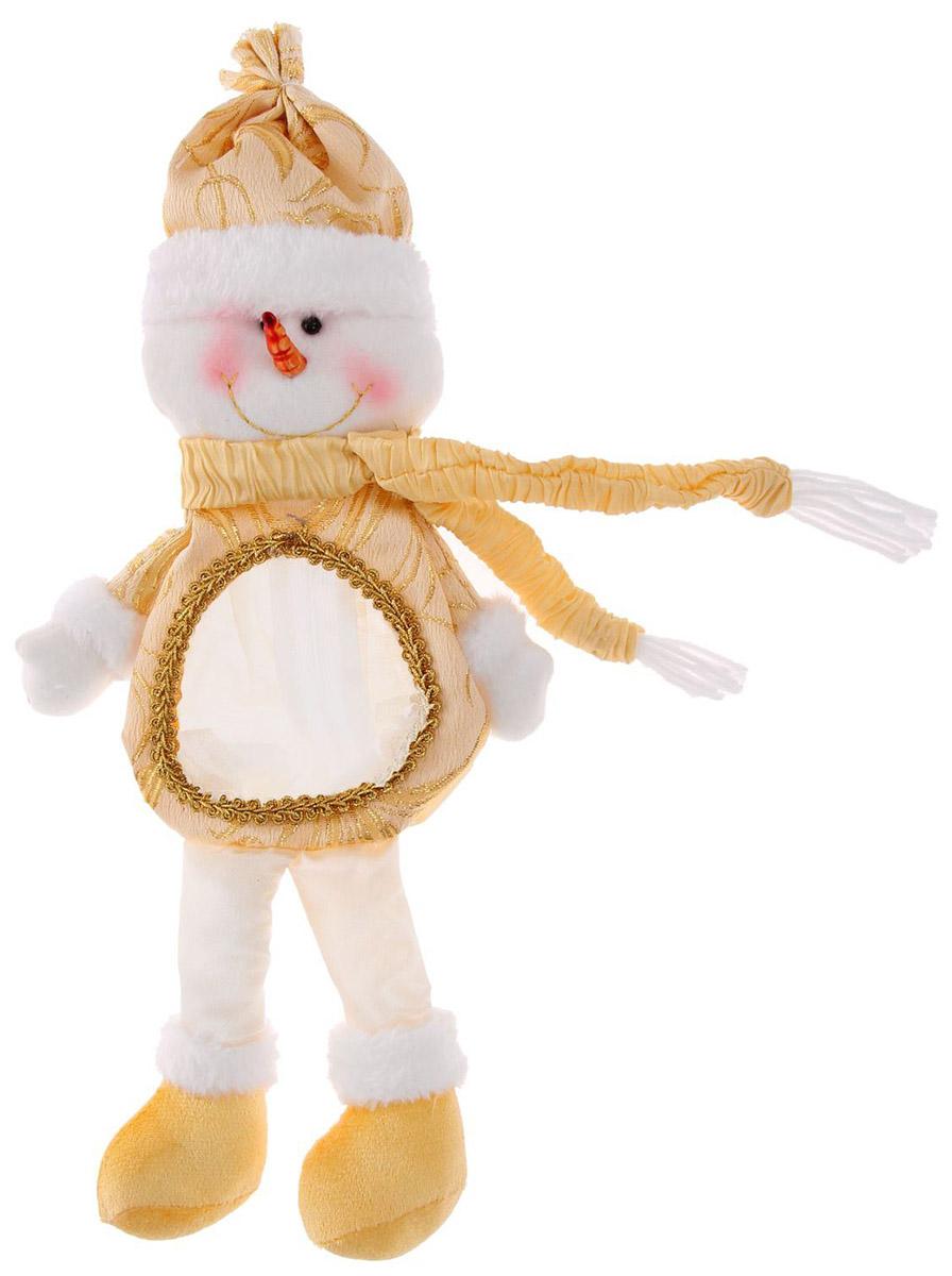 Подарочная упаковка Страна Карнавалия Снеговик с ножками, цвет: бежевый1055150Людям свойственно в первую очередь смотреть на обложку и только потом заглядывать внутрь. Вот почему так важно красиво и вкусно упаковать любой подарок. Подарочная упаковкаСтрана Карнавалия Снеговик с ножками сделает ваш презент особенным и создаст новогоднее настроение!Эффектный снежный персонаж вместит в себя любые приятные мелочи. На спине у него есть молния, а на животике прозрачное окошко — чтобы увидеть, что ждёт вас внутри. На своих длинных ножках он отлично усядется под елкой и добавит вашему интерьеру праздничных красок! А обычное сладкое угощение, упакованное таким образом, превратится в запоминающийся сюрприз!Вместимость: 300 гр.