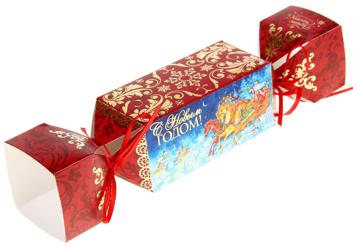 Коробка-конфета складная Sima-land Новогодняя тройка, 23 х 5 см1066607Любой подарок начинается с упаковки. Что может быть трогательнее и волшебнее, чем ритуал разворачивания полученного презента. И именно оригинальная, со вкусом выбранная упаковка выделит ваш подарок из массы других. Подарочная складная коробка-конфета Sima-land продемонстрирует самые теплые чувства к виновнику торжества и создаст сказочную атмосферу праздника.