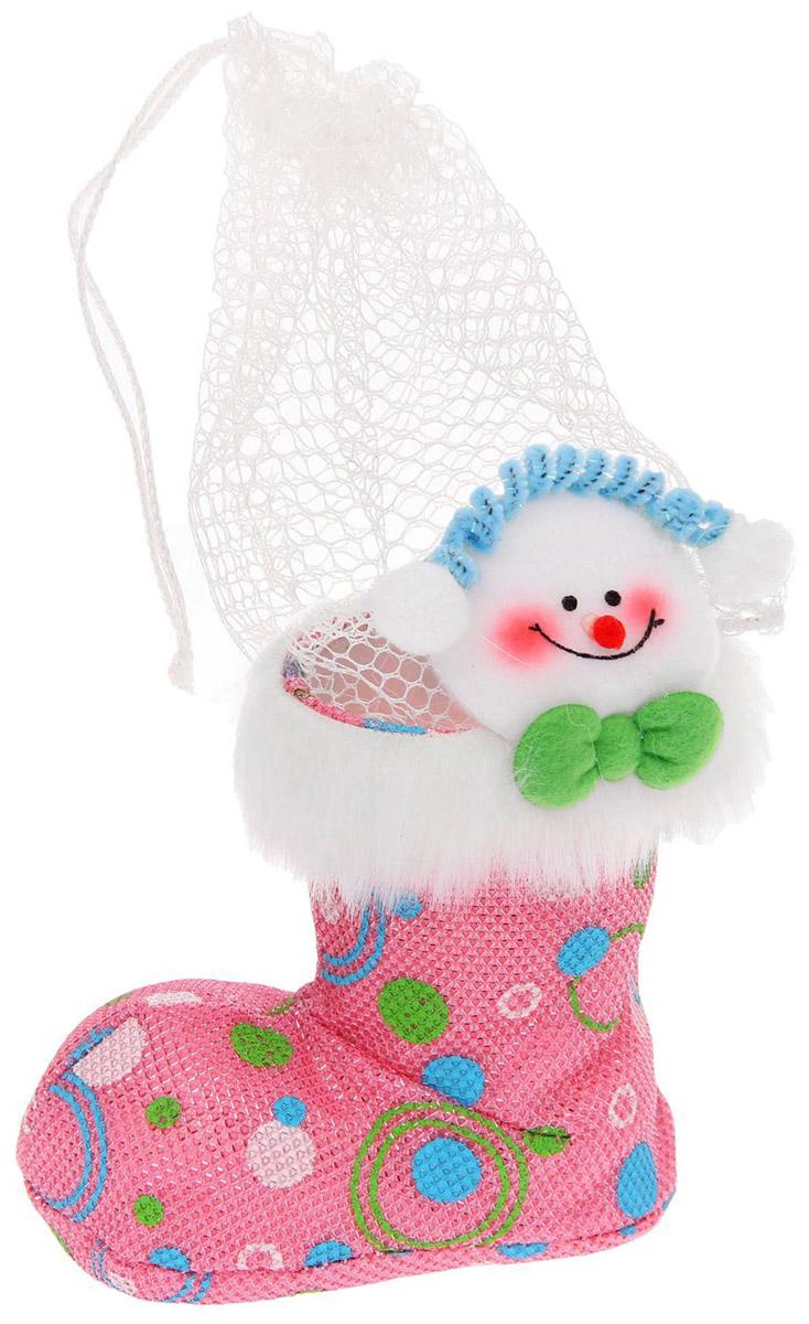 Подарочная упаковка Страна Карнавалия Снеговичек. Зеленый бантик, цвет: розовый, белый1072720В новогодние праздники уделите упаковке подарков особое внимание. Ведь разворачивание презента в самую волшебную ночь года — особенный ритуал, такой же сказочный, как и само торжество. Красочный сапожок Страна Карнавалия Снеговичек. Зеленый бантик станет прекрасным оформлением вашего гостинца. В него можно положить что угодно: конфеты, игрушки, любые приятные мелочи. Он сделает ваш презент особенным и сам станет запоминающимся подарком. А обычные сладости, упакованные таким образом, превратятся в настоящий сюрприз. Вместимость: 250 гр.