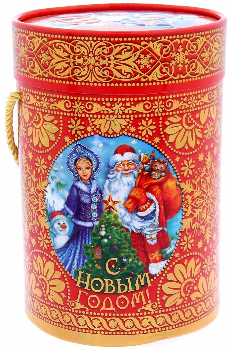 Коробка-тубус подарочная Sima-land Дед Мороз и Снегурочка, 13,5 х 19 см1118880Любой подарок начинается с упаковки. Что может быть трогательнее и волшебнее, чем ритуал разворачивания полученного презента. И именно оригинальная, со вкусом выбранная упаковка выделит ваш подарок из массы других. Подарочная коробка-тубус Sima-land продемонстрирует самые теплые чувства к виновнику торжества и создаст сказочную атмосферу праздника.