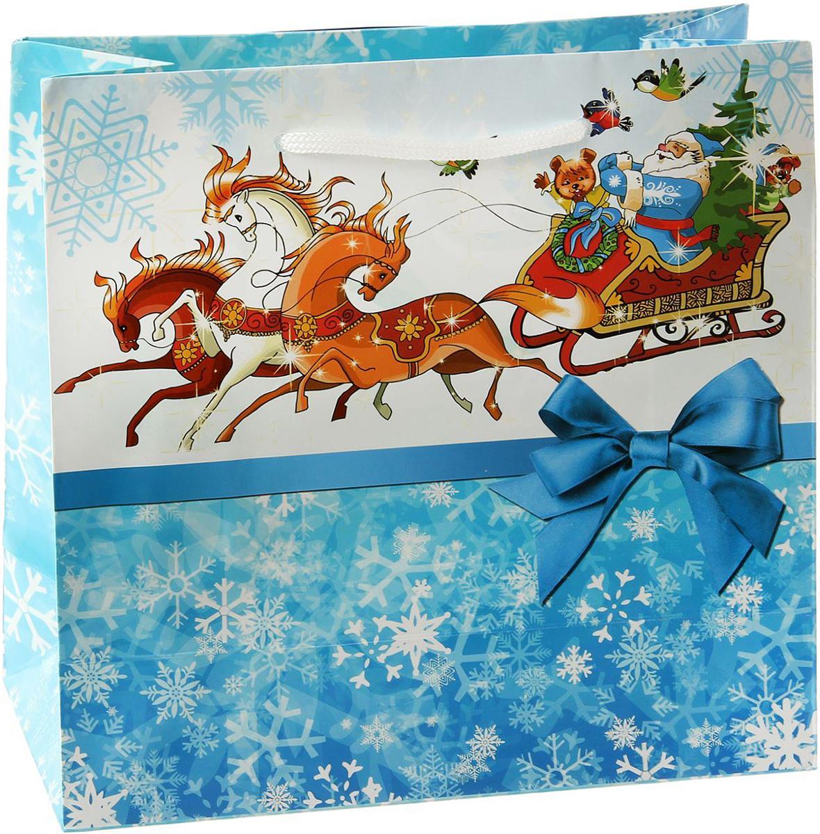 Пакет подарочный Sima-land Одеяло снежинок, 23 х 22,5 х 10 см1179508Подарочный пакет Sima-land, изготовленный из плотной бумаги, станет незаменимым дополнением к выбранному подарку. Дно изделия укреплено плотным картоном, который позволяет сохранить форму и исключает возможность деформации дна под тяжестью подарка. Для удобной переноски имеются две ручки из шнурков. Подарок, преподнесенный в оригинальной упаковке, всегда будет самым эффектным и запоминающимся. Окружите близких людей вниманием и заботой, вручив презент в нарядном, праздничном оформлении.