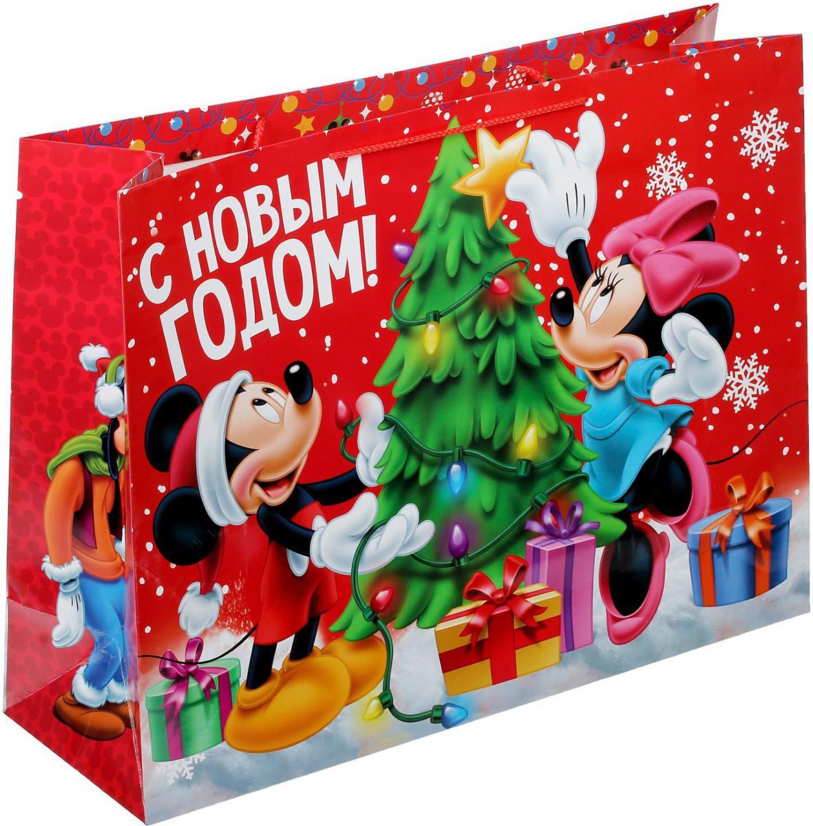 Пакет подарочный Disney Микки Маус и друзья. С Новым Годом!, 61 х 46 х 20 см. 13521161352116Подарочный пакет Disney Микки Маус и друзья. С Новым Годом!, изготовленный из картона, станет незаменимым дополнением к выбранному подарку. Для удобной переноски на пакете имеются две ручки.Подарок, преподнесенный в оригинальной упаковке, всегда будет самым эффектным и запоминающимся. Окружите близких людей вниманием и заботой, вручив презент в нарядном, праздничном оформлении.
