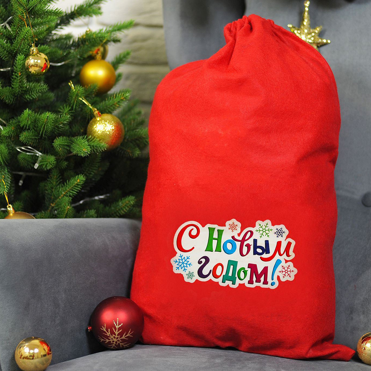 Упаковка подарочная Страна Карнавалия Мешок Деда Мороза. С Новым Годом. Снежинки, цвет: красный, 40 х 60 см1365013Подарочная упаковка Страна Карнавалия Мешок Деда Мороза. С Новым Годом. Снежинки превратит любое торжество в настоящий яркий и веселый карнавал полный сюрпризов и смеха. Яркий красный аксессуар с надписью дополнит любой праздничный наряд, и все близкие будут рады получить из рук краснощекого персонажа заслуженный подарок! Размер: 40 х 60 см.