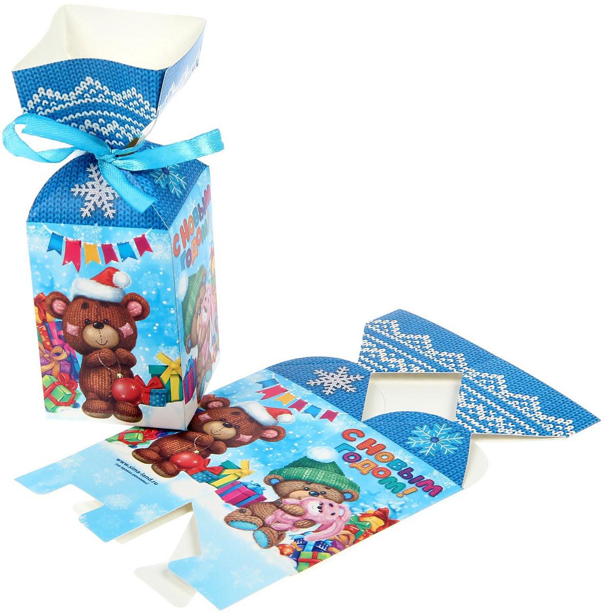 Коробка сборная фигурная Sima-land Новогодние подарки, 8,5 х 4,5 х 4,5 см1371662Любой подарок начинается с упаковки. Что может быть трогательнее и волшебнее, чем ритуал разворачивания полученного презента. И именно оригинальная, со вкусом выбранная упаковка выделит ваш подарок из массы других. Подарочная коробка Sima-land продемонстрирует самые теплые чувства к виновнику торжества и создаст сказочную атмосферу праздника.