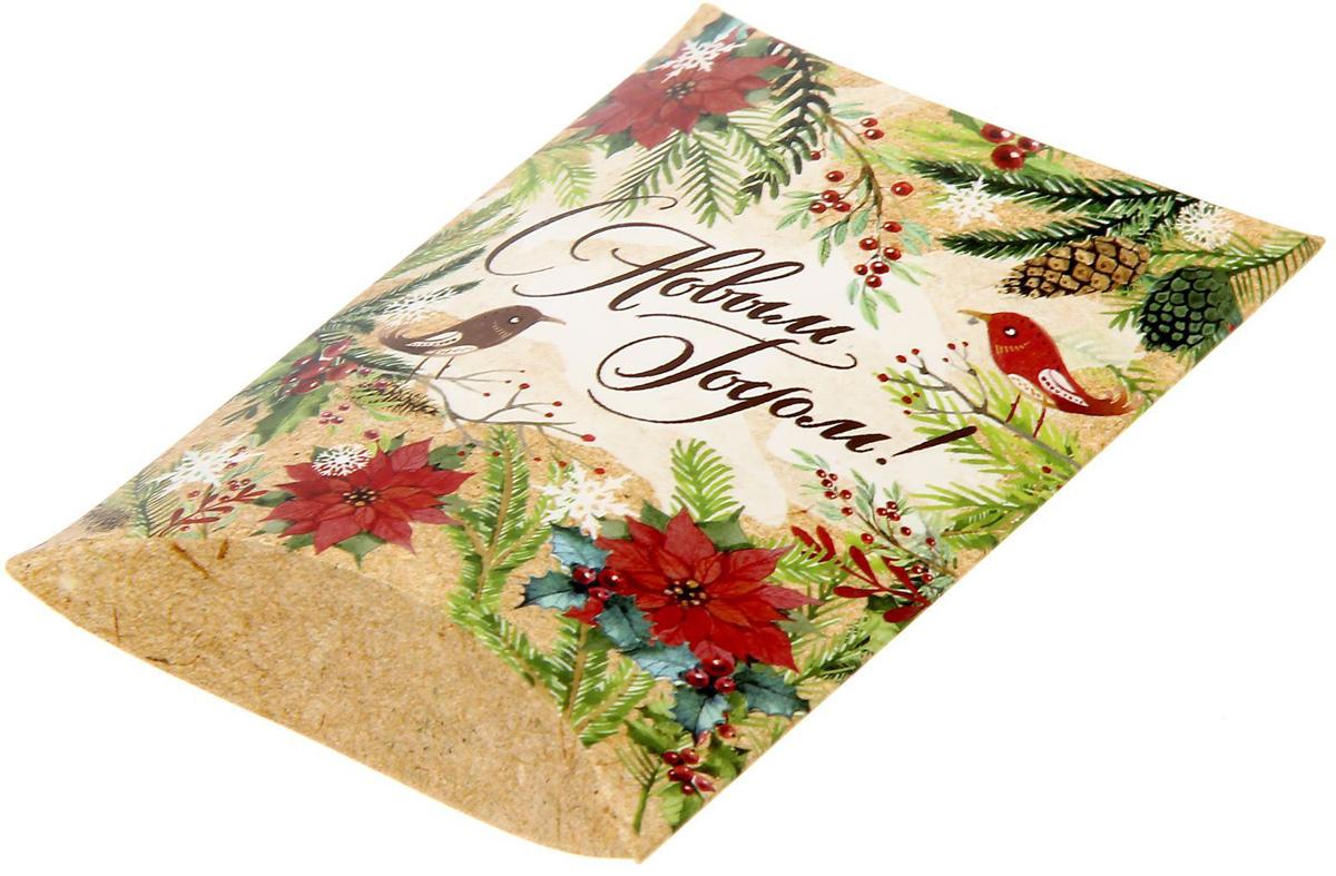 Коробка сборная фигурная Sima-land Новогодние истории, 11 х 8 см1383866Любой подарок начинается с упаковки. Что может быть трогательнее и волшебнее, чем ритуал разворачивания полученного презента. И именно оригинальная, со вкусом выбранная упаковка выделит ваш подарок из массы других. Подарочная коробка Sima-land продемонстрирует самые теплые чувства к виновнику торжества и создаст сказочную атмосферу праздника.