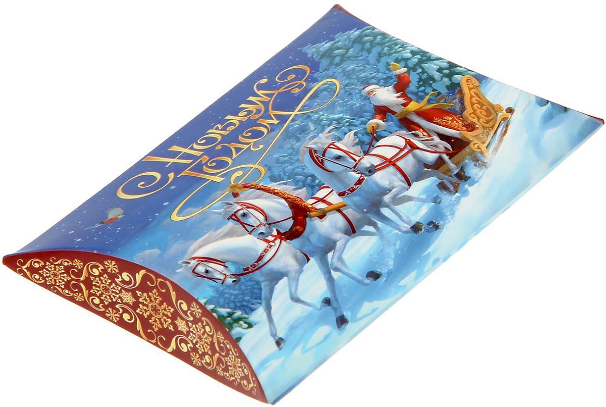 Коробка сборная фигурная Sima-land Новогодняя тройка, 11 х 8 см1383874Любой подарок начинается с упаковки. Что может быть трогательнее и волшебнее, чем ритуал разворачивания полученного презента. И именно оригинальная, со вкусом выбранная упаковка выделит ваш подарок из массы других. Подарочная коробка Sima-land продемонстрирует самые теплые чувства к виновнику торжества и создаст сказочную атмосферу праздника.