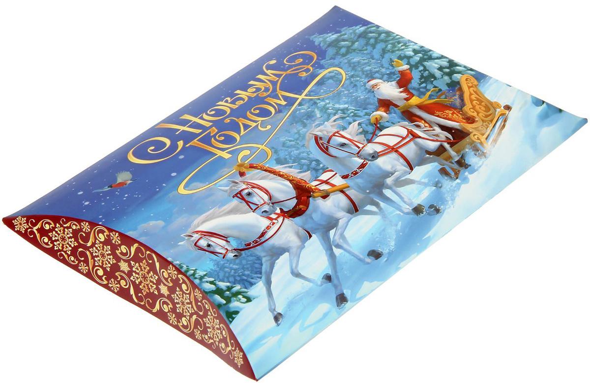 Коробка сборная фигурная Sima-land Новогодняя тройка, 26 х 19 см1383876Любой подарок начинается с упаковки. Что может быть трогательнее и волшебнее, чем ритуал разворачивания полученного презента. И именно оригинальная, со вкусом выбранная упаковка выделит ваш подарок из массы других. Подарочная коробка Sima-land продемонстрирует самые теплые чувства к виновнику торжества и создаст сказочную атмосферу праздника.
