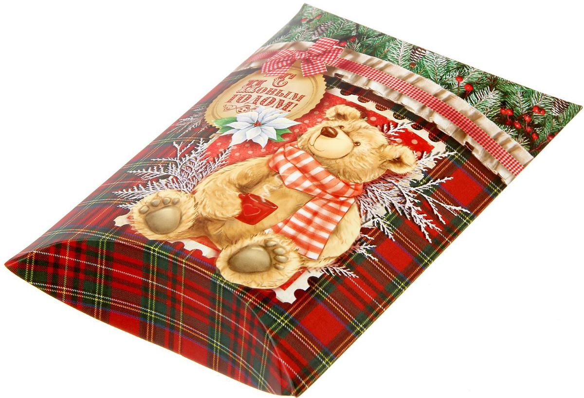 Коробка сборная фигурная Sima-land Новогодний подарок, 19 х 14 см1383887Любой подарок начинается с упаковки. Что может быть трогательнее и волшебнее, чем ритуал разворачивания полученного презента. И именно оригинальная, со вкусом выбранная упаковка выделит ваш подарок из массы других. Подарочная коробка Sima-land продемонстрирует самые теплые чувства к виновнику торжества и создаст сказочную атмосферу праздника.