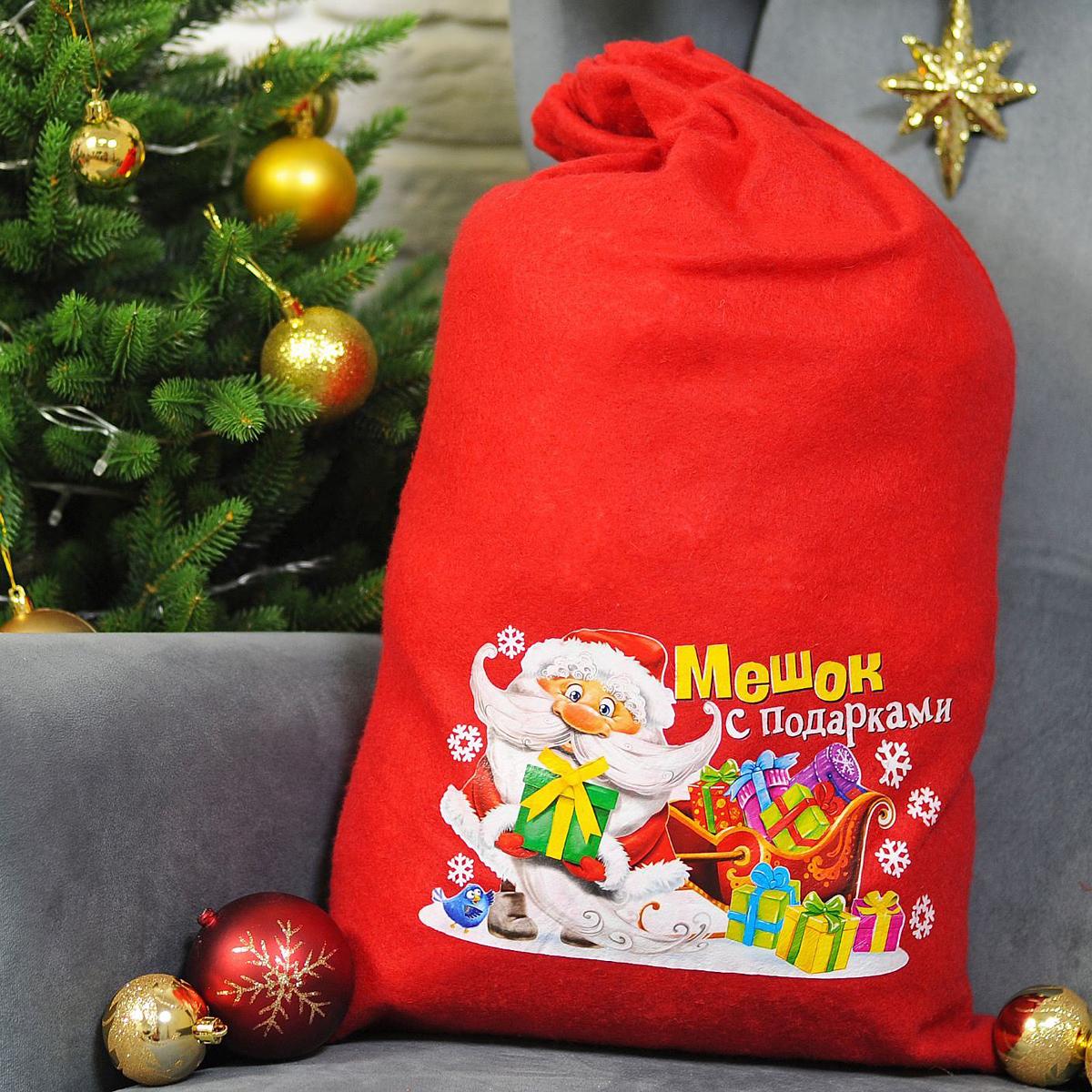 """Подарочная упаковка Страна Карнавалия """"Мешок Деда Мороза"""" превратит любое торжество в настоящий яркий и веселый карнавал полный сюрпризов и смеха. Яркий красный аксессуар с изображением фигурки Деда Мороза возле сказочных саней дополнит любой праздничный наряд, и все близкие будут рады получить из рук краснощекого персонажа заслуженный подарок! Размер: 40 х 60 см."""