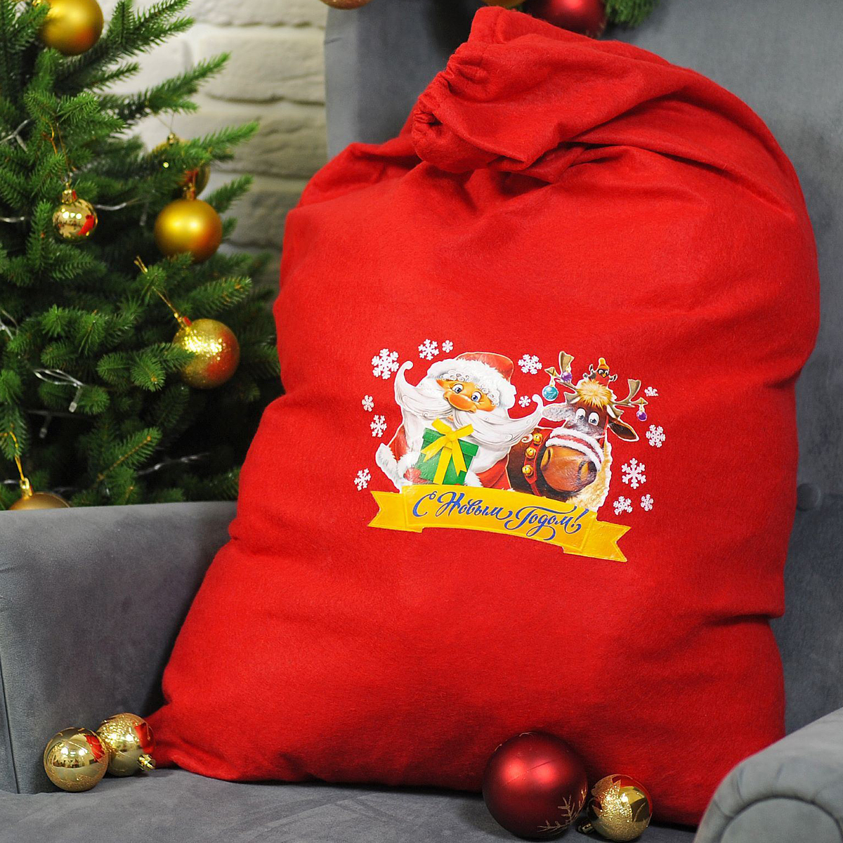 Упаковка подарочная Страна Карнавалия Мешок Деда Мороза. С новым годом. Дед мороз и олень, цвет: красный, 60 х 90 см2226422Подарочная упаковка Страна Карнавалия Мешок Деда Мороза. С новым годом. Дед мороз и олень превратит любое торжество в настоящий яркий и веселый карнавал полный сюрпризов и смеха. Яркий красный аксессуар, с изображением Деда Мороза и оленя, дополнит любой праздничный наряд, и все близкие будут рады получить из рук краснощекого персонажа заслуженный подарок!Размер: 60 х 90 см.