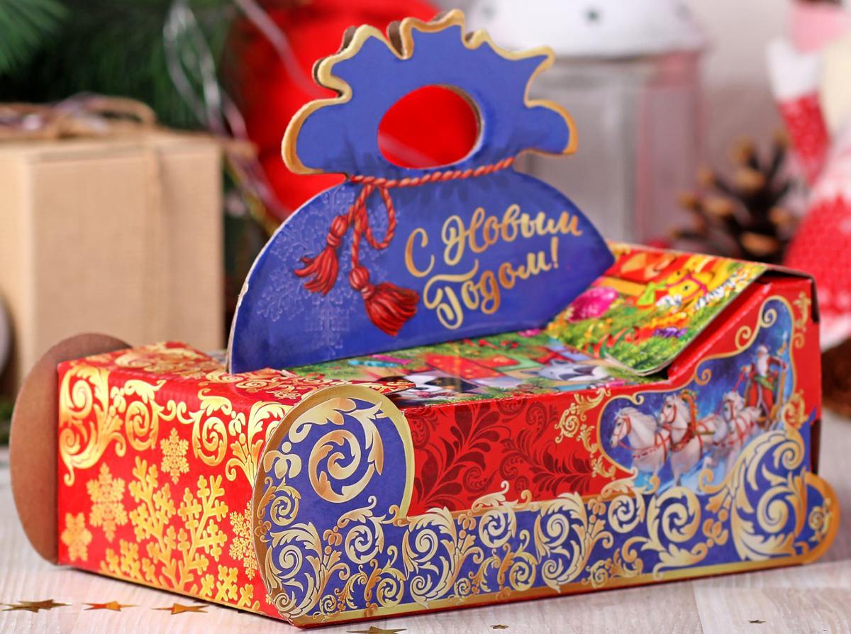 Коробка складная Дарите счастье Собачка на санях, цвет: красный, синий, 23,5 х 14,5 х 18 см2450840Любой подарок начинается с упаковки. Что может быть трогательнее и волшебнее, чем ритуал разворачивания полученного презента. И именно оригинальная, со вкусом выбранная упаковка выделит ваш подарок из массы других. Складная коробка Дарите счастье Собачка на санях продемонстрирует самые теплые чувства к виновнику торжества и создаст сказочную атмосферу праздника. Размер: 23,5 х 14,5 х 18 см.
