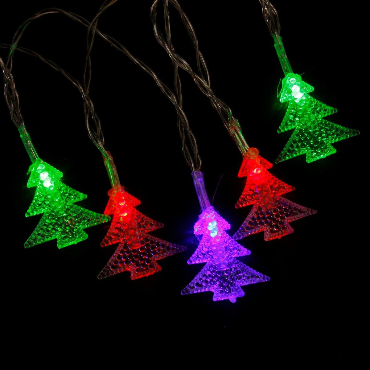 Гирлянда светодиодная Luazon Метраж. Елки, 20 ламп, 3,6 V, длина 3 м806826Светодиодные гирлянды и ленты — это отличный вариант для новогоднего оформления интерьера или фасада. С их помощью помещение любого размера можно превратить в праздничный зал, а внешние элементы зданий, украшенные ими, мгновенно станут напоминать очертания сказочного дворца. Такие украшения создают ауру предвкушения чуда. Деревья, фасады, витрины, окна и арки будто специально созданы, чтобы вы украсили их светящимися нитями.