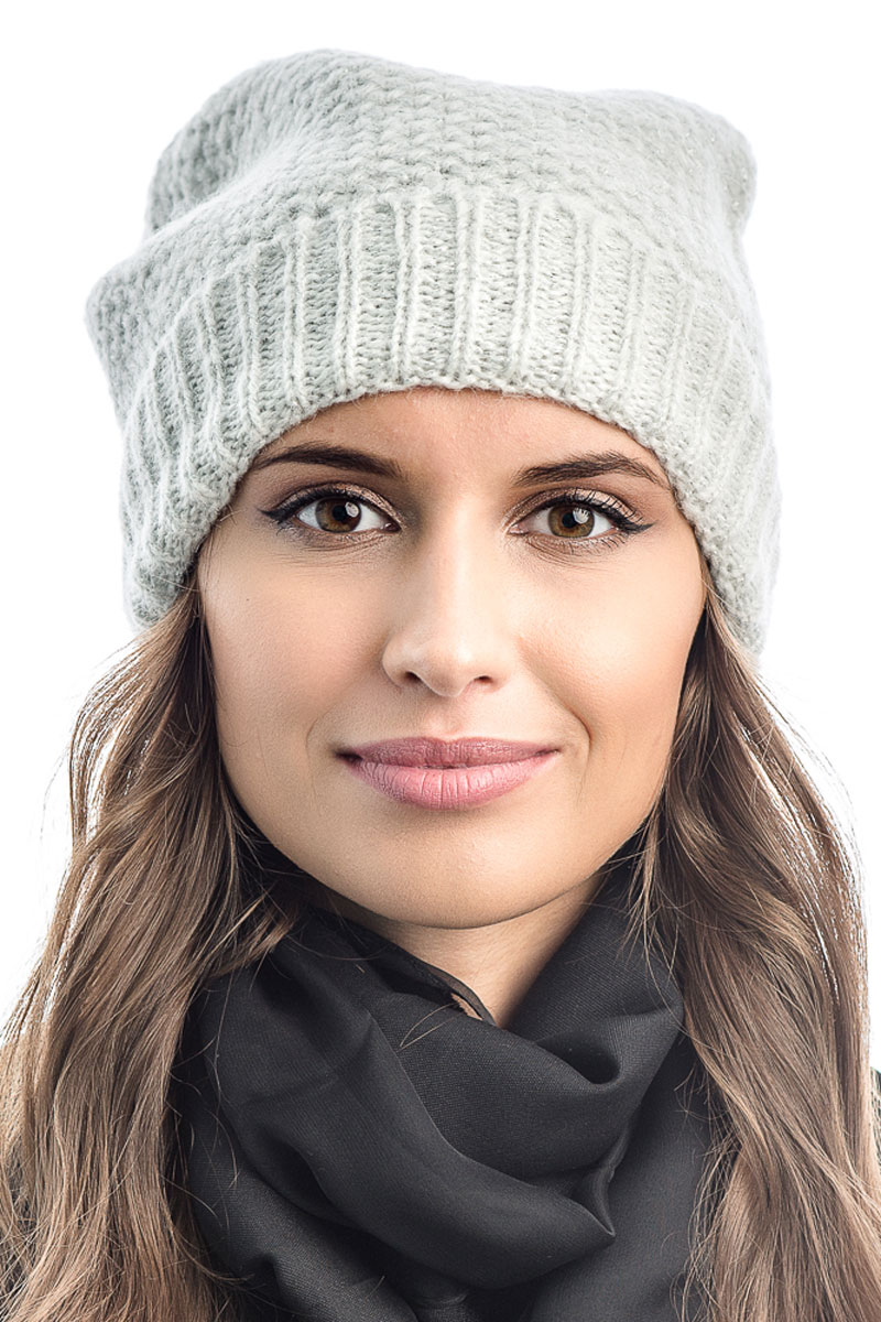 Шапка вязаная женская Stilla, цвет: белый. SH-1765/01. Размер 52/58SH-1765/01Элегантная вязаная женская шапка Stilla, изготовленная из пряжи с содержанием шерсти и акрила исключительно мягкая, комфортная и теплая. Одинарная вязка, декорированная ниткой люрекса, делает эту модель эффектной и не забываемой. Практичная форма шапки делает ее очень комфортной. Очень мягкая пряжа создает ощущение теплого пуха.Шапка Stilla прекрасно дополнит ваш образ с шубой или пальто.