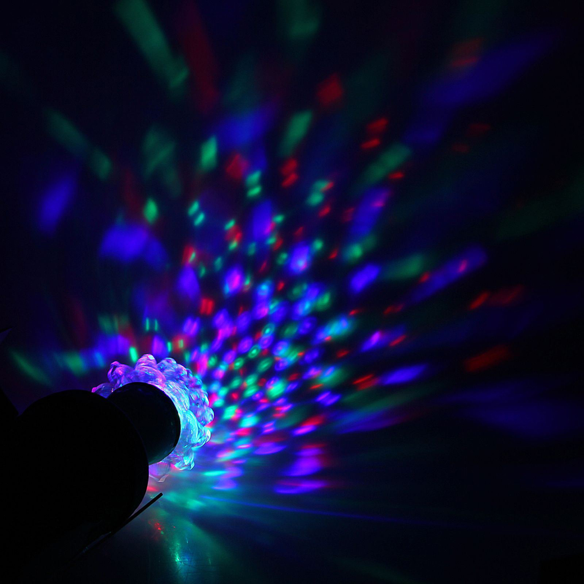 Лампа-проектор Luazon Хрустальный цветок, диаметр 12,5 см, эффект зеркального шара, Е27, V220 RGB1077510Лампа-проектор Luazon- это отличный вариант для новогоднего оформления интерьера или фасада. С ее помощью помещение можно превратить в праздничный зал. Такое украшение создают ауру предвкушения чуда.