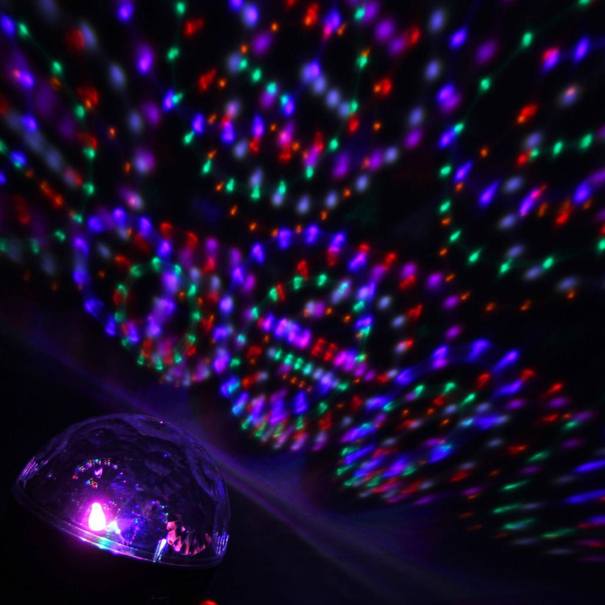 Световой прибор Luazon Радужный шар, диаметр 17,5 см, с музыкой, Bluetooth, V2201353037Светомузыкальный шар Радужный шар - это отличный вариант для новогоднего оформления интерьера или романтического вечера. Включив проектор вы увидите, как на стенах и потолке вашей комнаты отражаются изумительное по красоте узоры! При помощи проектора вы сможете наслаждаться со своими близкими прекрасной атмосферой прямо у себя в комнате! Максимальный эффект от ночника достигается в условиях полного затемнения.