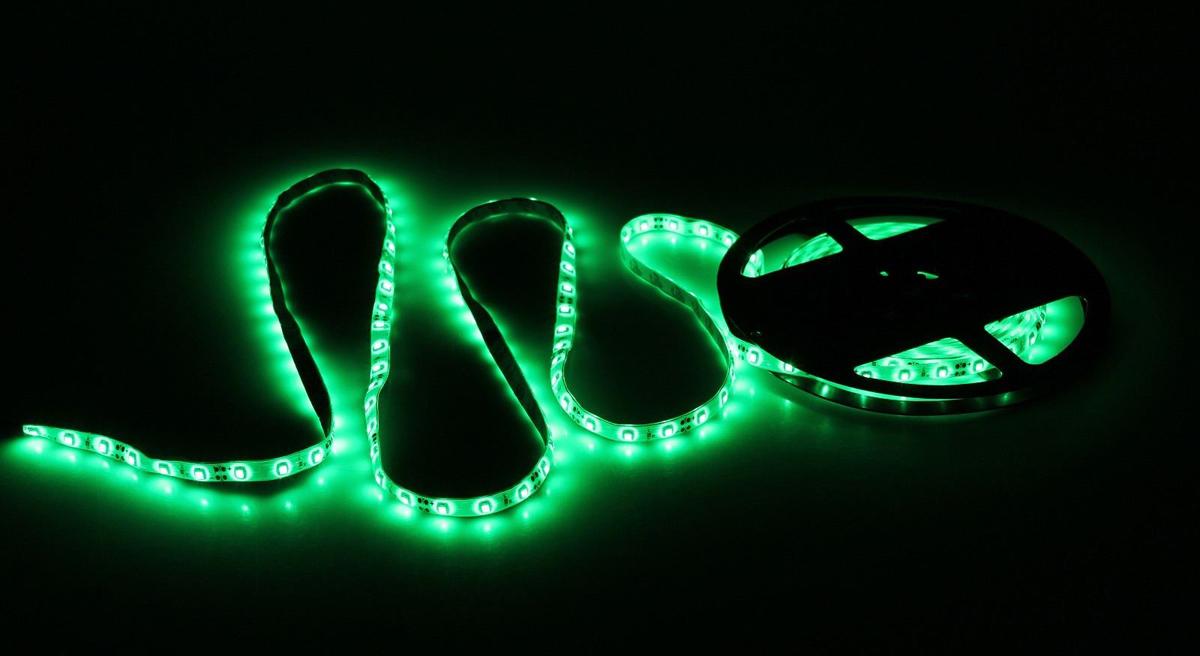 Светодиодная лента Sima-land, 12В, SMD3528, длина 5 м, IP65, 60 LED ламп, 4.8 Вт/м, DC, цвет: зеленый682332Светодиодные гирлянды, ленты и т.д — это отличный вариант для новогоднего оформления интерьера или фасада. С их помощью помещение любого размера можно превратить в праздничный зал, а внешние элементы зданий, украшенные ими, мгновенно станут напоминать очертания сказочного дворца. Такие украшения создают ауру предвкушения чуда. Деревья, фасады, витрины, окна и арки будто специально созданы, чтобы вы украсили их светящимися нитями.