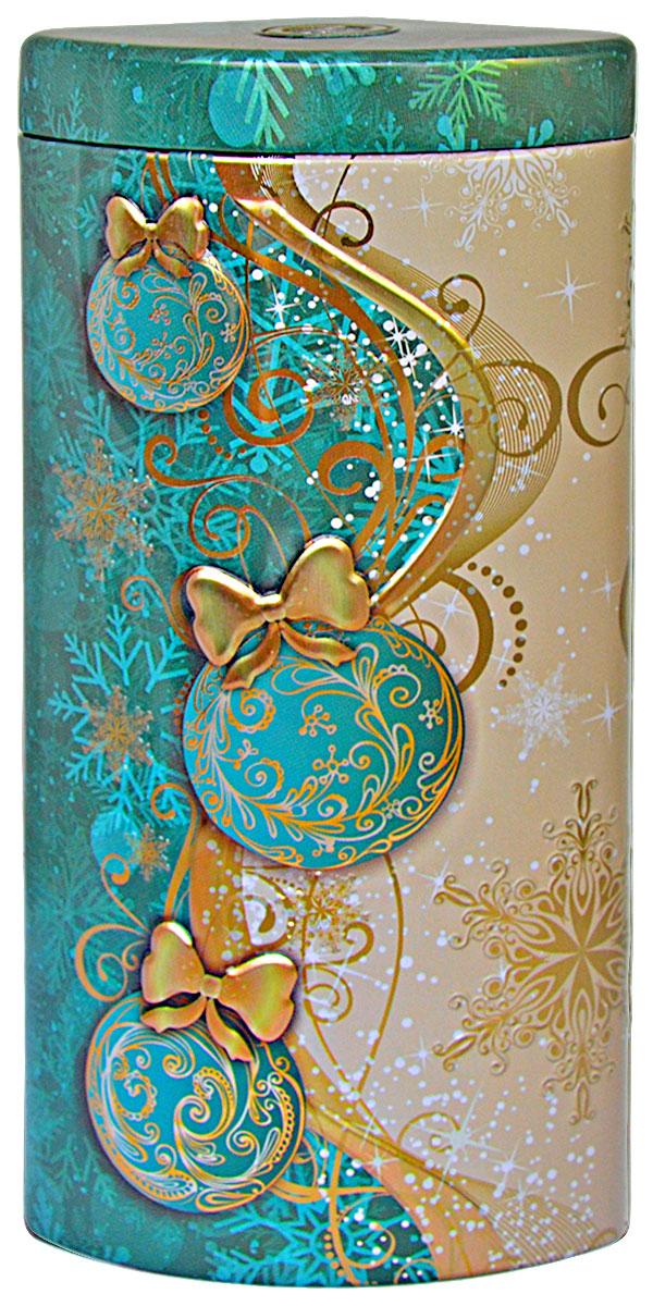 Избранное из моря чая Коллекция Долька. Новогодние шары. Бирюзовая чай черный листовой, 50 г4791029015521ТМ «ИЗБРАННОЕ ИЗ МОРЯ ЧАЯ», коллекция Долька - Новогодние шары (бирюзовая), жестяная банка в форме дольки с элементами конгрева, покрыта глянцевым и матовым лаком. Производитель: Mabroc Teas, Шри-Ланка, Состав: 100% цейлонский черный чай. Стандарт ОРА (крупный лист). Листья для этого чая собирают с кустов после того, как почки полностью раскрываются. В сухой заварке листья должны быть крупными (от 8 до 15 мм) и однородными. Этот сорт практически не содержит типсов, но имеет высокое содержание ароматических масел, и поэтому настой чая очень ароматен. Также этот чай характерен вкусом с горчинкой благодаря большому содержанию дубильных веществ. Чай упакован в фольгу для сохранения свежести и аромата. Этот чай упакован в пачки из фольги в Шри-Ланке сразу после сбора урожая, в период созревания чая, когда он наполнен полезными веществами и эфирными маслами. Знак в виде Льва с 17 пятнышками на шкуре - это гарантия Бюро Цейлонского Чая на соответствие чая высокому стандарту качества, установленному Правительством и упакованному только в пределах Шри-Ланки.