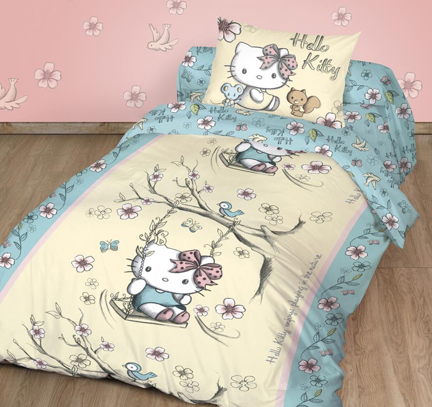 """Детский комплект постельного белья """"Hello Kitty"""" состоит из наволочки,  пододеяльника и простыни. Такой комплект идеально подойдет для кровати  вашего ребенка и обеспечит ему здоровый сон. Он изготовлен из ранфорса,  дарящего малышу непревзойденную мягкость. Натуральный материал не  раздражает даже самую нежную и чувствительную кожу ребенка, обеспечивая ему  наибольший комфорт. Приятный рисунок комплекта подарит вашему ребенку  встречу с любимыми героями полюбившегося мультфильма и порадует яркостью и  красочностью дизайна."""