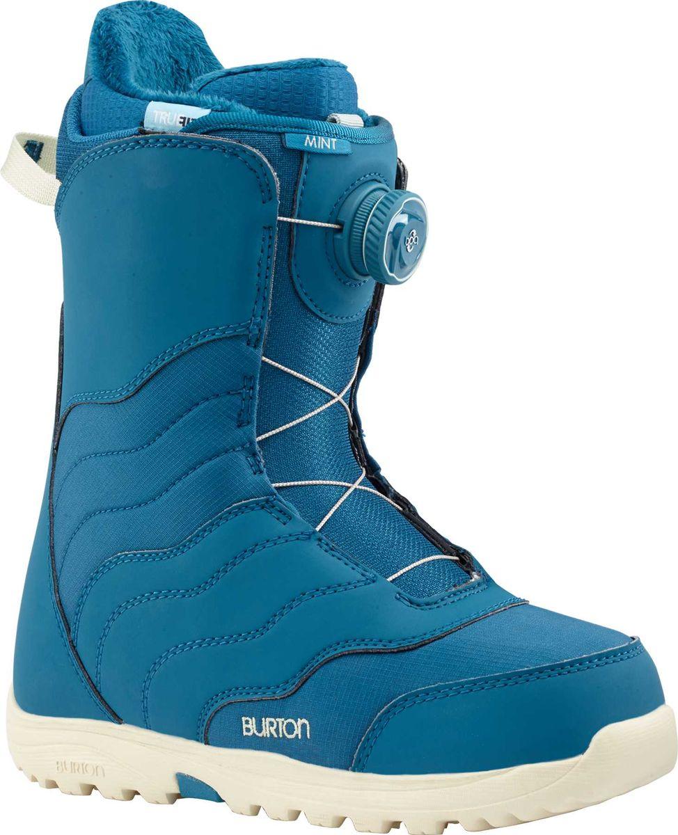 Ботинки для сноуборда Burton Mint Boa, цвет: синий. Размер 3913177103400Одни из самых популярных женских моделей BURTON на протяжении нескольких лет! Секрет успеха прост - это стабильные и очень комфортные мягкие ботинки, которые отлично подходят для начинающих или совершенствующихся девушек, которым еще очень даже есть куда расти в плане уровня катания. Согласитесь, таких немало. И теперь ботинки Mint наверняка станут еще популярнее, ведь им добавили систему быстрой шнуровки Boa, с помощью которой можно быстро и удобно зашнуровать ботинок, не снимая варежки или перчатки! Все остальные слагаемые успеха остались прежними: конструкция Total Comfort предполагает удобство ношения с первого дня без дополнительной подгонки ботинка, подошва Dynolite: дает большую площадь соприкосновения с доской будучи на 20% легче, дизайн True Fit создан специально для женщин с учетом особенностей катания и размера ноги.