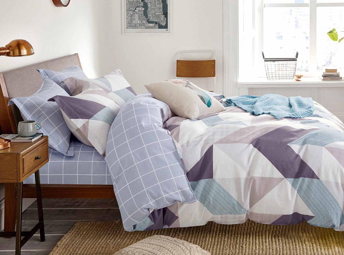 Комплект белья Soft Line, семейный, наволочки 50x70. 1056710567Роскошный комплект постельного белья Soft Line выполнен из качественного плотного сатина и украшен оригинальным рисунком. Комплект состоит из двух пододеяльников, простыни и двух наволочек.Постельное белье Soft Line подобно облаку сочетает в себе плотность цвета и безграничную нежность фактуры. Это белье обладает волшебной практичностью, а потому оказываться на седьмом небе станет вашим привычным занятием.Доверьте заботу о качестве вашего сна высококачественному натуральному материалу.Сатин - это ткань из 100% натурального хлопка. Мягкость и нежность материала создает чувство комфорта и защищенности. Классический натуральный природный материал делает это постельное белье нежным, элегантным и приятным.