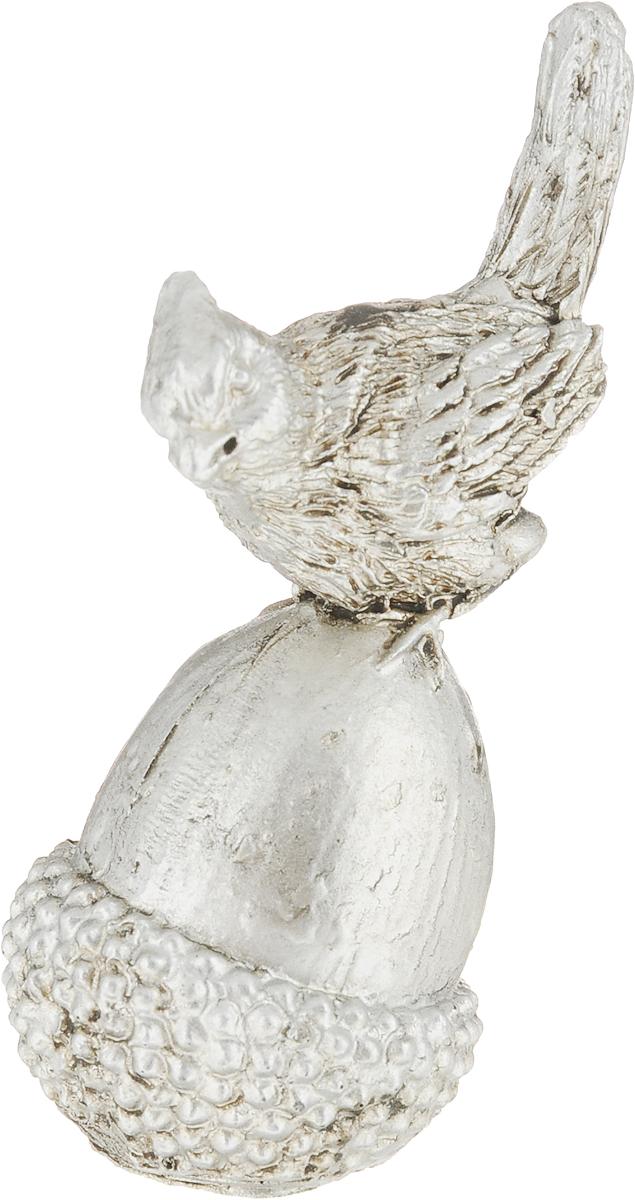 Фигурка декоративная Magic Home Птичка на желуде, цвет: бронзовый, 8,2 х 3,8 х 3,3 см75438Декоративная фигурка Птичка на желуде из полирезина от Magic Home - это это прекрасный вариант подарка для ваших друзей и близких. Оригинальная и стильная фигурка станет отличным дополнением в интерьере любой комнаты и будет удачно смотреться и радовать глаз.