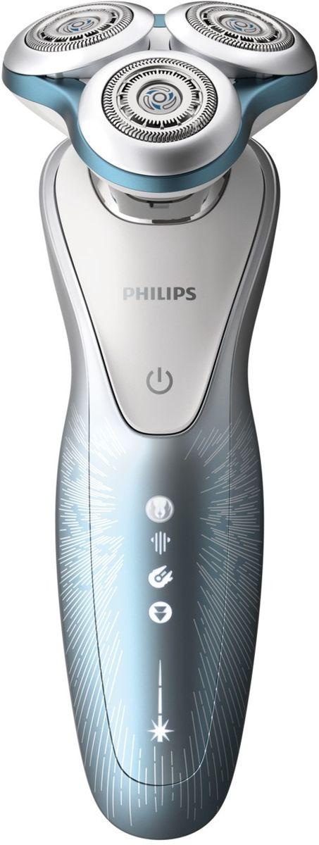 Philips Star Wars SW7700/67 электробритва для сухого и влажного бритьяSW7700/67Электробритва для сухого и влажного бритья Philips Series 7000 Star Wars SW7700 Овладейте возможностями системы V-Track PRO, которая справляется даже с длинной щетиной. V-Track PRO состоит из 72 самозатачивающихся лезвий V-образной формы, которые срезают даже длинную щетину, в том числе трехдневную, предотвращая выдергивание волосков.Ключевые особенностиЛезвия V-Track Precision PROНепревзойденно гладкое бритье. Лезвия V-Track Precision PRO аккуратно захватывают и направляют волоски трехдневной щетины, а также волоски разной длины и волоски, прилегающие к коже. Система обеспечивает на 30 % более гладкое и быстрое бритье, чтобы ваша кожа всегда выглядела безупречно.72 самозатачивающихся лезвия. 151 000 срезов в минуту. Не пропускается ни один волосок, независимо от направления его роста.Кольца SkinGlideОцените более комфортное бритье благодаря уменьшающим трение кольцам SkinGlide с микрогранулированным покрытием. Тысячи мельчайших шарообразных гранул сокращают трение, возникающее при проведении бритвой по коже. Поэтому бритва скользит гладко и легко, защищая кожу от раздражения.Головки DynamicFlex движутся в 5 направленияхНаши бритвенные головки легко двигаются в 5 направлениях, в точности повторяя контуры лица и шеи. Для гладкого бритья не требуется надавливать на бритву слишком сильно, и риск раздражения кожи минимизируется.Технология AquaTec для сухого и влажного бритьяУплотнение Aquatec позволяет выбирать наиболее комфортный способ бритья: быстрое и комфортное сухое бритье или влажное бритье с использованием геля или пены. Вы можете использовать прибор даже в душе.60 минут автономной работыОдин час зарядки обеспечивает от 60 минут автономной работы, или примерно 20 сеансов бритья. Бритва работает только в беспроводном режиме.Зарядка в течение 1 часаМощный энергоэффективный и долговечный литий- ионный аккумулятор обеспечивает долгое время работы бритвы после каждой зарядки. Быстрой заряд