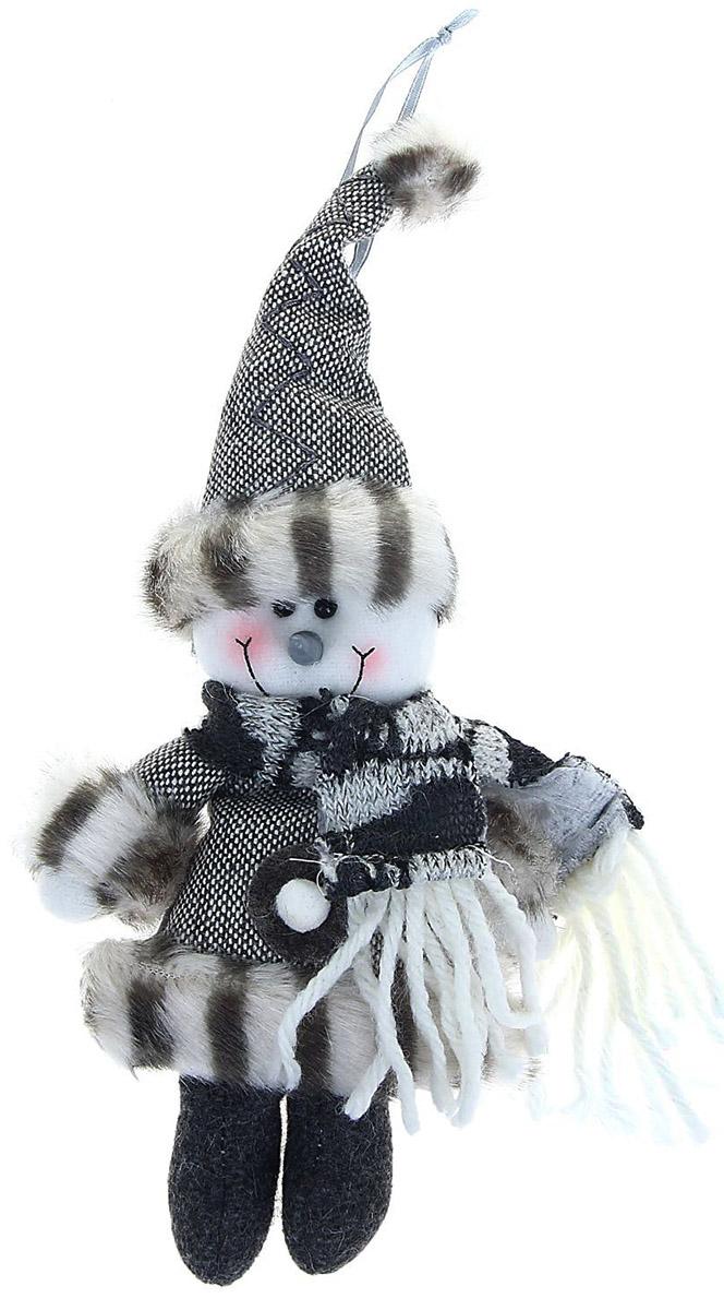 Новогоднее подвесное украшение Sima-land Снеговик в шарфике, 15 см1008808Новогоднее украшение Sima-land отлично подойдет для декорации вашего дома и новогодней ели.Елочная игрушка - символ Нового года. Она несет в себе волшебство и красоту праздника. Такое украшение создаст в вашем доме атмосферу праздника, веселья и радости.