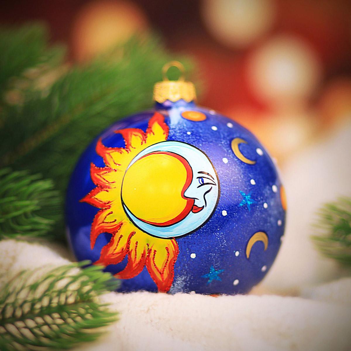 Новогоднее подвесное украшение Hanco Design Солнце и луна, высота 10 см106325Новогоднее украшение Hanco Design отлично подойдет для декорации вашего дома и новогодней ели. Елочная игрушка - символ Нового года. Она несет в себе волшебство и красоту праздника. Такое украшение создаст в вашем доме атмосферу праздника, веселья и радости.