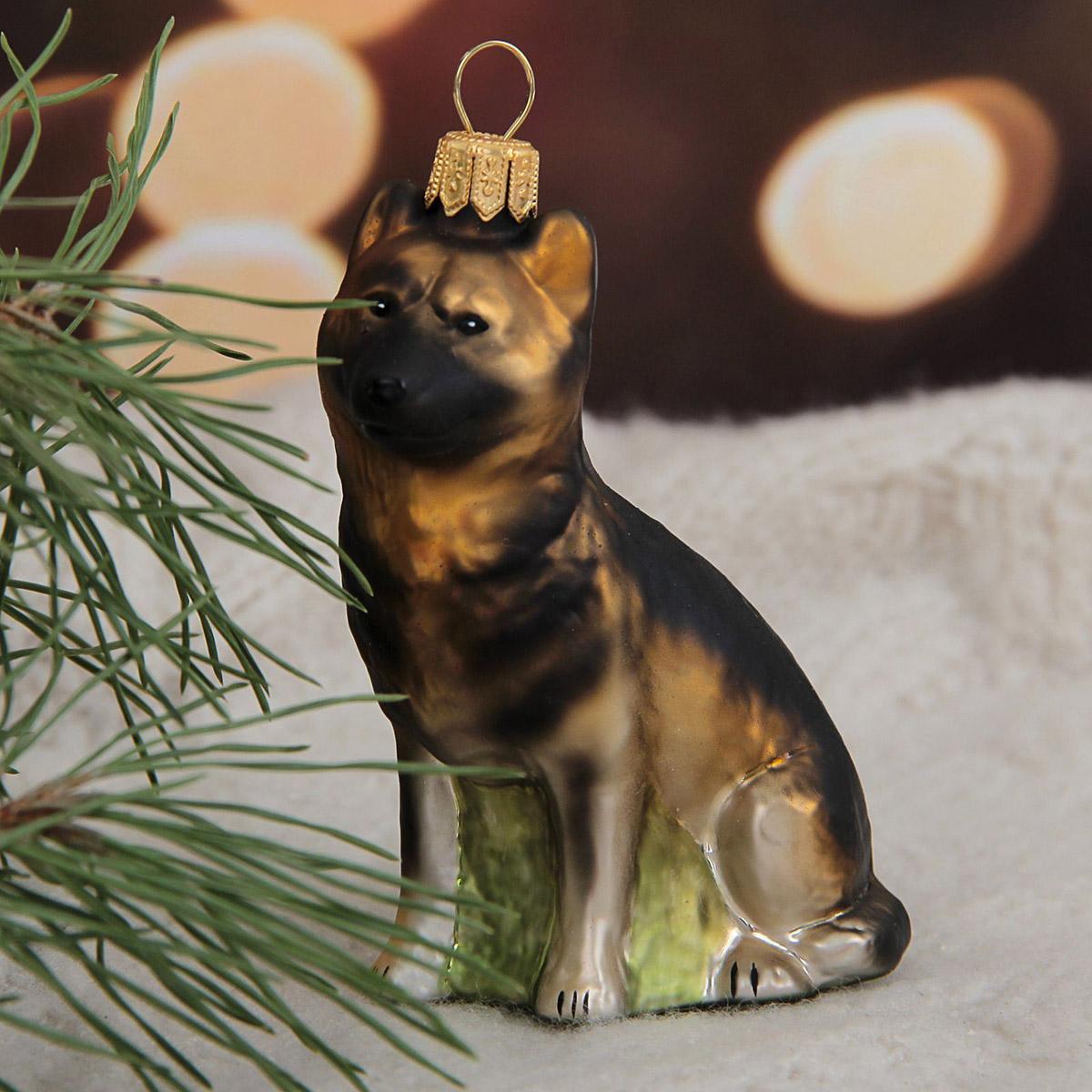 Новогоднее подвесное украшение Hanco Design Немецкая овчарка, высота 9 см106373Невозможно представить нашу жизнь без праздников! Мы всегда ждём их и предвкушаем, обдумываем, как проведём памятный день, тщательно выбираем подарки и аксессуары, ведь именно они создают и поддерживают торжественный настрой.