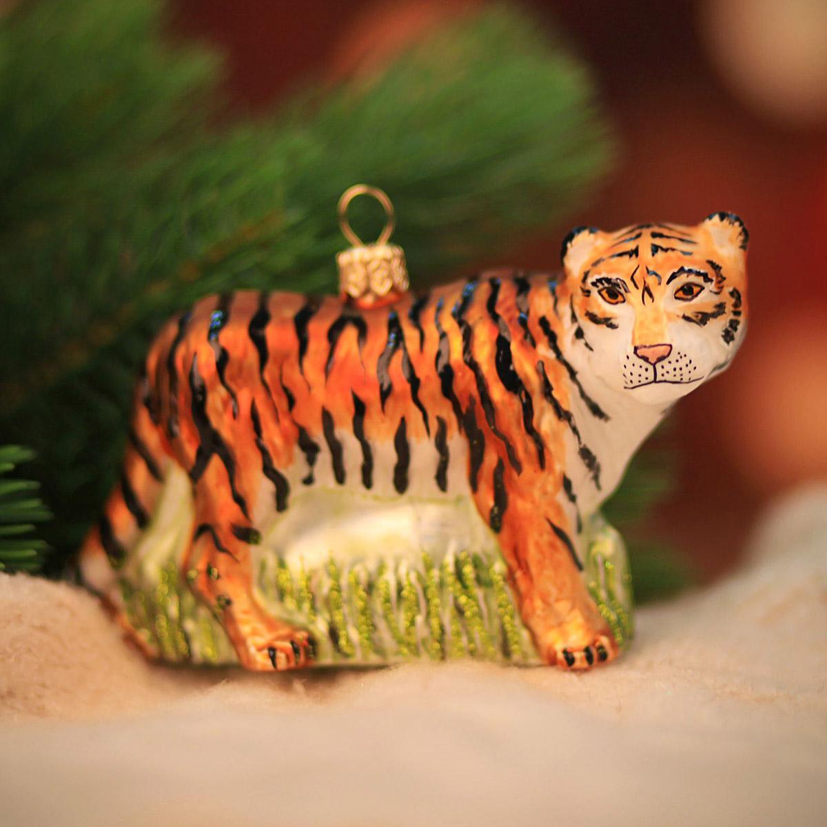 Новогоднее подвесное украшение Hanco Design Тигр, высота 11 см106385Новогоднее украшение Hanco Design отлично подойдет для декорации вашего дома и новогодней ели. Елочная игрушка - символ Нового года. Она несет в себе волшебство и красоту праздника. Такое украшение создаст в вашем доме атмосферу праздника, веселья и радости.