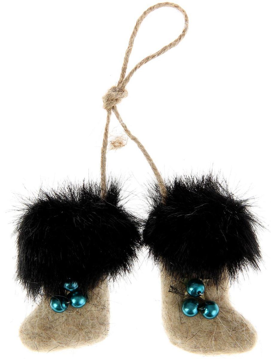 Новогоднее подвесное украшение Sima-land Валенки, 9 х 6 х 2 см. 10279601027960Новогоднее украшение Sima-land отлично подойдет для декорации вашего дома и новогодней ели.Елочная игрушка - символ Нового года. Она несет в себе волшебство и красоту праздника. Такое украшение создаст в вашем доме атмосферу праздника, веселья и радости.