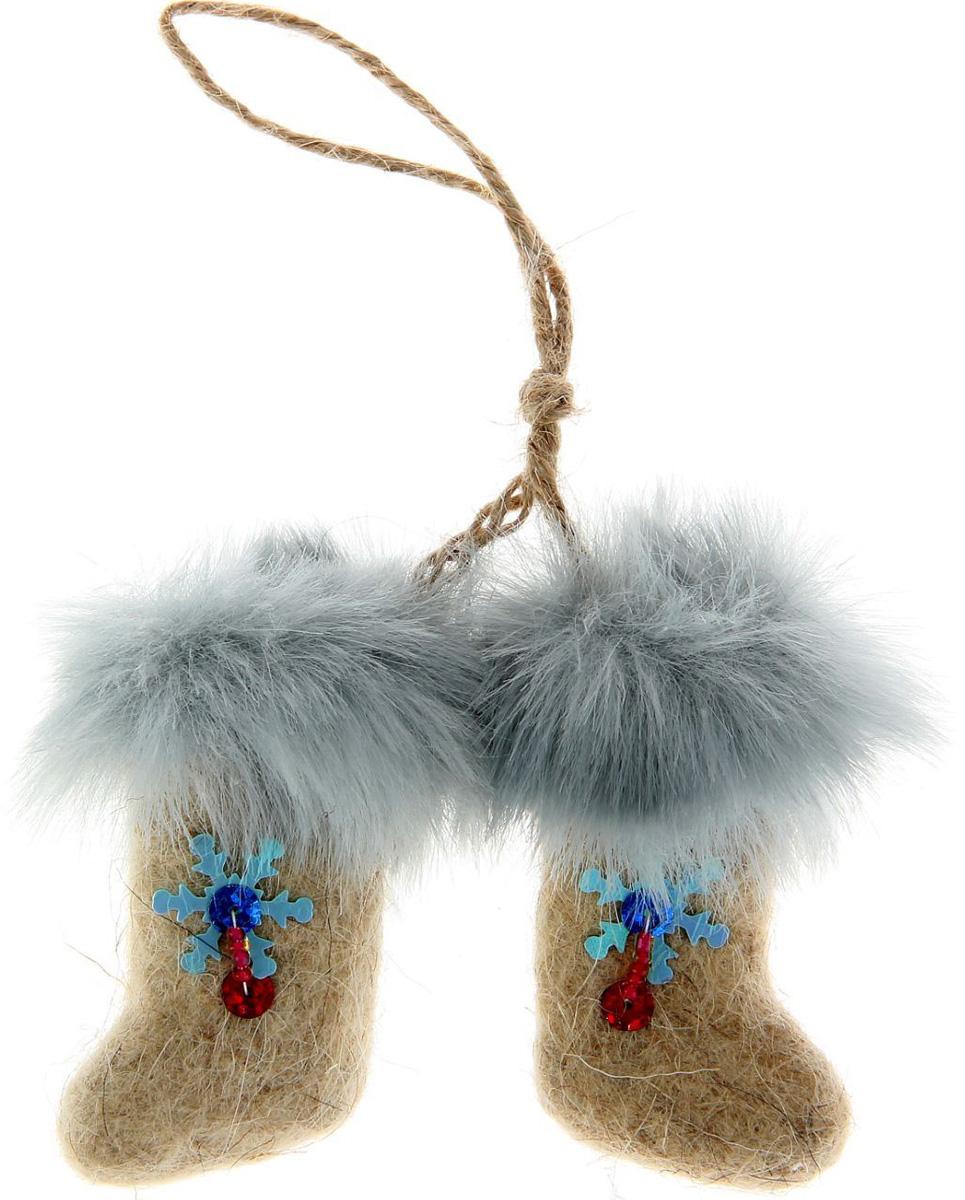 Новогоднее подвесное украшение Sima-land Валенки, 9 х 6 х 2 см. 10279611027961Новогоднее украшение Sima-land отлично подойдет для декорации вашего дома и новогодней ели.Елочная игрушка - символ Нового года. Она несет в себе волшебство и красоту праздника. Такое украшение создаст в вашем доме атмосферу праздника, веселья и радости.