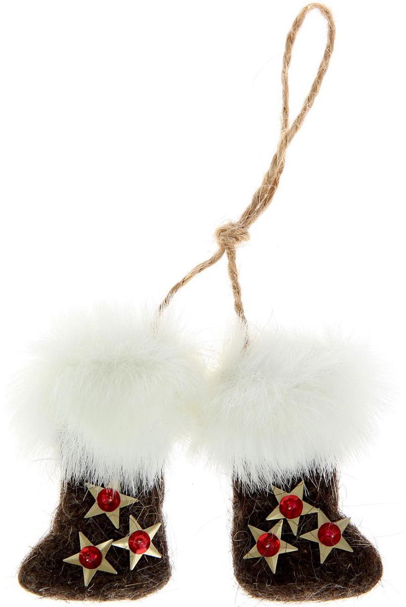Новогоднее подвесное украшение Sima-land Валенки, 9 х 6 х 2 см. 10279621027962Новогоднее украшение Sima-land отлично подойдет для декорации вашего дома и новогодней ели.Елочная игрушка - символ Нового года. Она несет в себе волшебство и красоту праздника. Такое украшение создаст в вашем доме атмосферу праздника, веселья и радости.