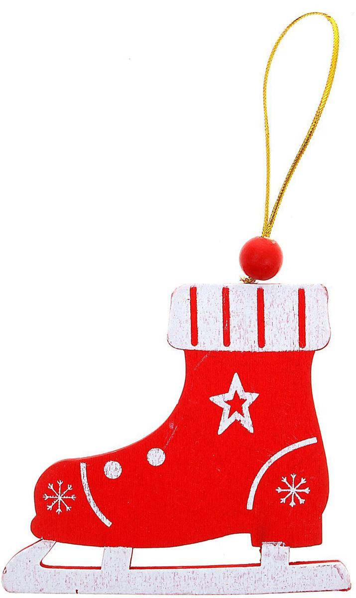 Новогоднее подвесное украшение Sima-land Коньки, 8,2 х 9,2 см1032655Новогоднее украшение Sima-land отлично подойдет для декорации вашего дома и новогодней ели.Елочная игрушка - символ Нового года. Она несет в себе волшебство и красоту праздника. Такое украшение создаст в вашем доме атмосферу праздника, веселья и радости.